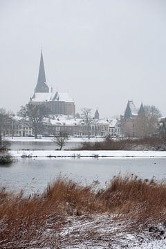 Het stadsfront van de stad Kampen in de sneeuw van Evert Jan Kip