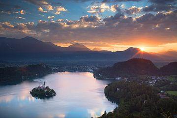 Schöner Sonnenaufgang über dem See von Bled in Slowenien von Menno Boermans