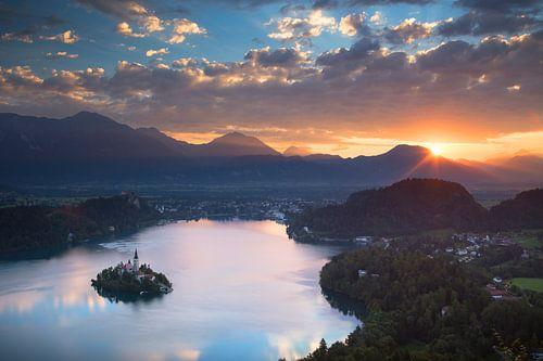 Sonnenaufgang über Bled See in Slovenien von Menno Boermans