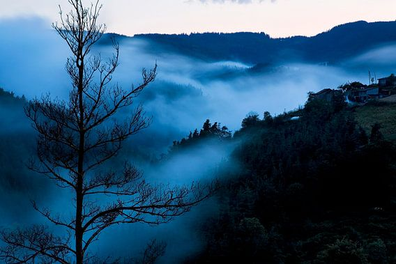Blauwe wolken van Raoul Suermondt