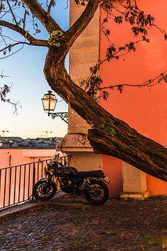 Klassisches Motorrad im farbenfrohen Lissabon Portugal von Jeroen Cox