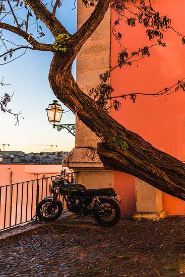 Klassieke motor in kleurrijk Lissabon Portugal