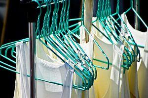 T-shirts op een rek van Marieke van der Hoek-Vijfvinkel
