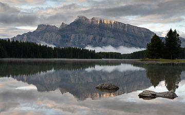 Mount Rundle und Two Jack Lake, Banff National Park, Alberta, Canada von Alexander Ludwig
