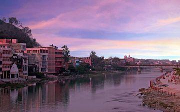 De stad Haridwar aan de rivier de Ganges in India bij zonsondergang sur Nisangha Masselink