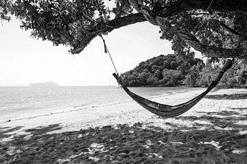Hangmat op strand van Koh Yao Noi - Thailand. van Mariëlle Debrichy