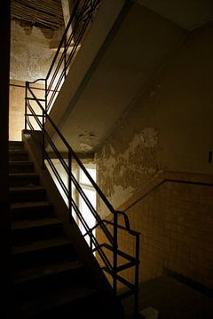 Een trappenhuis van een verlaten gebouw van Melvin Meijer