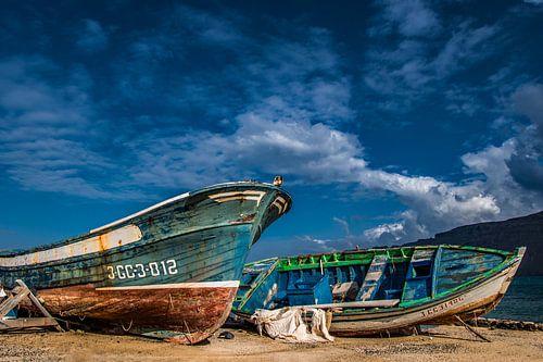 Vergane vissersbootjes op de wal bij Caleta de Sebo, La Graciosa, Lanzarote van Harrie Muis