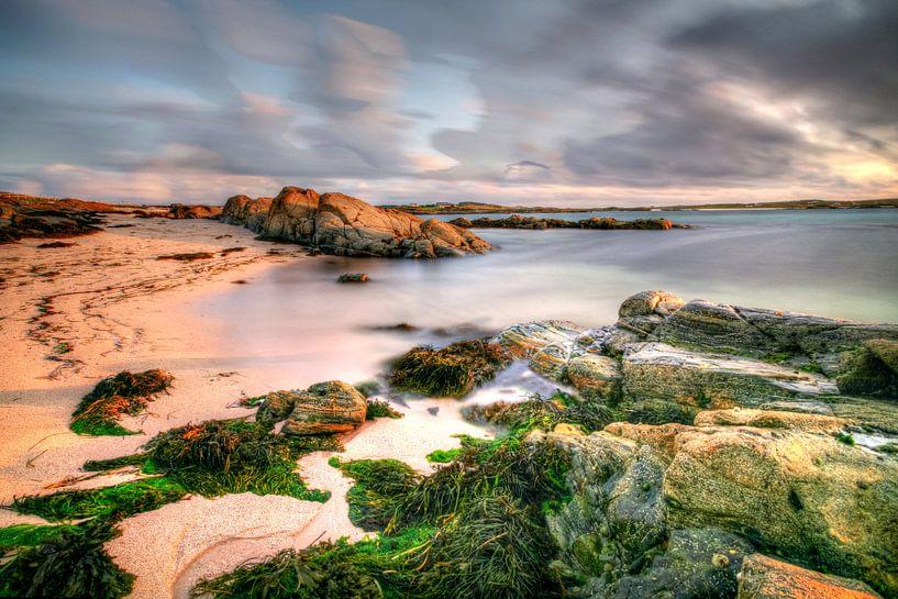 Iers strand in de avondzon  van Hans Kwaspen