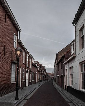 Oude straat in Bergen op Zoom van Kim de Been