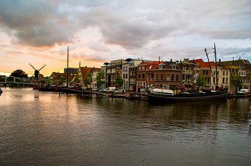 Stormachtige zonsondergang in Leiden van Richard Steenvoorden