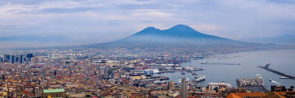 Napels, zicht op Vesuvius en haven
