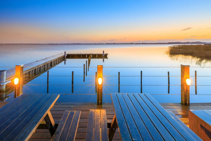 Een mooie kleurrijke zonsopkomst over het Zuidlaardermeer in Drenthe van Bas Meelker