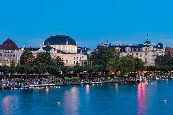 Utoquai en de Zürich Opera House in de avonduren