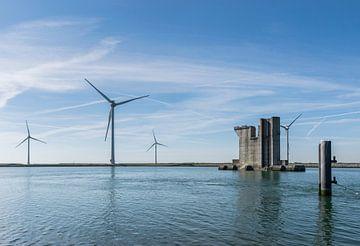 Éolienne et colonne de béton