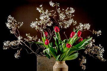 stilleven met tulpen en bloesem van Hanneke Luit