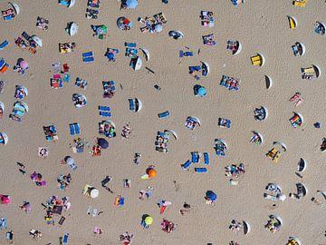 Zonaanbidders op het strand van Zandvoort op een warme zomerse dag von