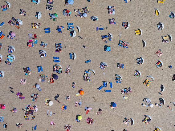 Zonaanbidders op het strand van Zandvoort op een warme zomerse dag van Marco van Middelkoop