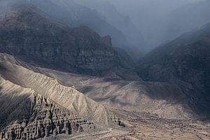 Wandelen door een ruig landschap in de Himalaya | Nepal