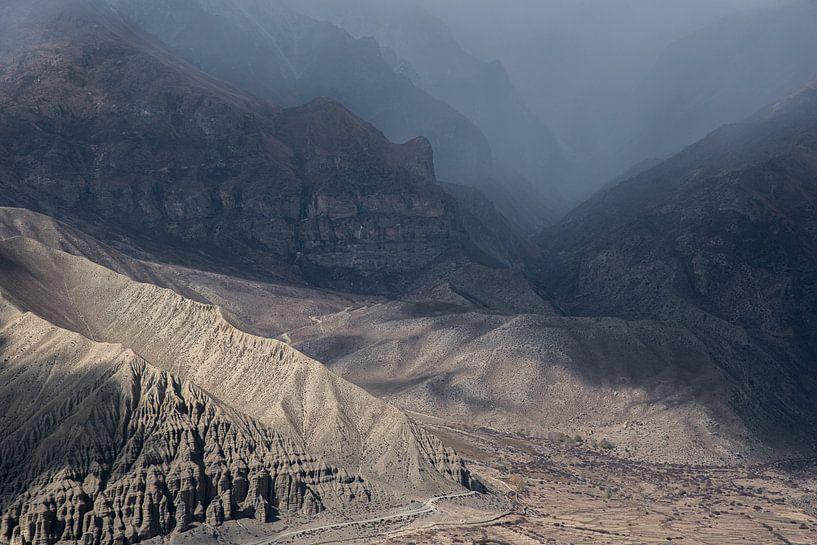 Wanderung durch eine schroffe Landschaft im Himalaya | Nepal von Photolovers reisfotografie