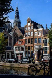 Zicht op de Oude Kerk in Amsterdam.