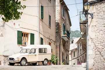 Oldtimer in de straten van Valldemossa van Evelien Oerlemans
