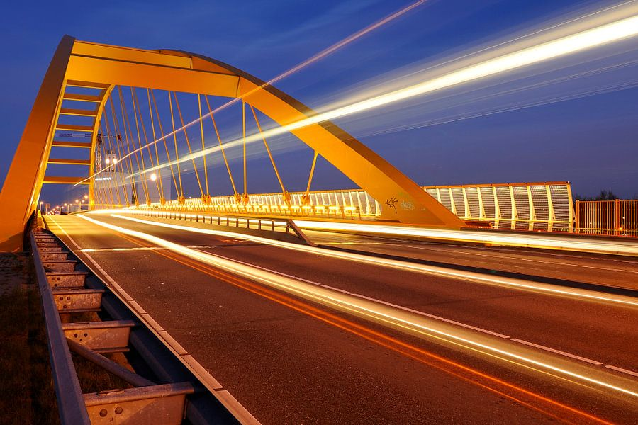 De Hogeweidebrug met passerende bus in Utrecht