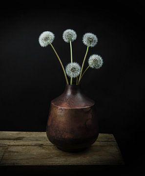 """Modernes Stillleben Blumen in einer Vase """"Löwenzahn Flusen"""" von Marjolein van Middelkoop"""