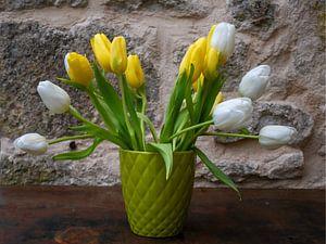 Witte en gele tulpen in zachtgroene vaas van Susan Hol