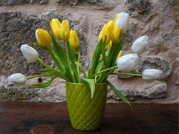 Weiße und gelbe Tulpen in zartgrüner Vase von Susan Hol