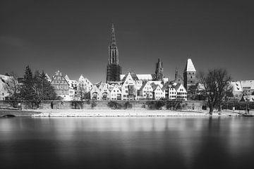 Zwart-wit panorama van de stad Ulm in de winter met sneeuw, rivier de Donau en de Dom van Ulm van Daniel Pahmeier