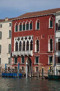 Altes rotes Gebäude am Kanal im alten Zentrum von Venedig, Italien