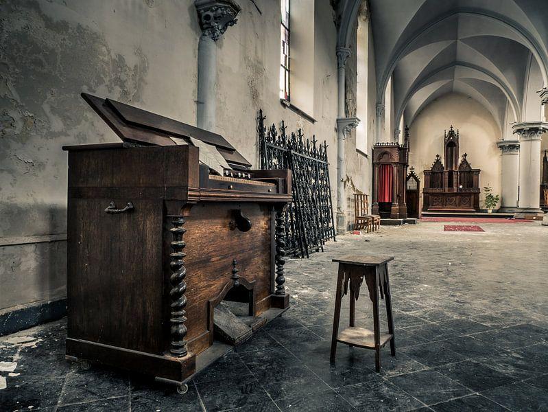Klavier in verlassener Kirche, Belgien von Art By Dominic