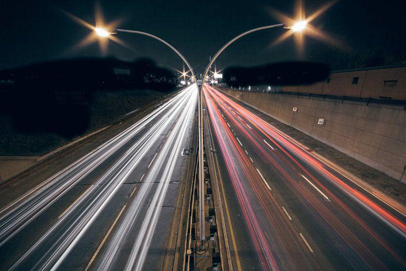 Autobahn bei Nacht mit langer Verschlusszeit von Atelier Liesjes