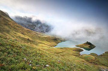 misty morning on alpine lake Schrecksee van Olha Rohulya