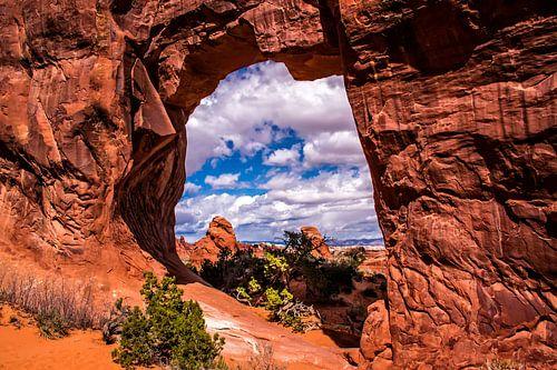 Blik op de rotsen door Window Arch, Arches NP, VS