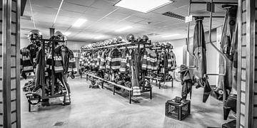 Brandweerkleding hangend in zwart wit von Yvonne Bekkers