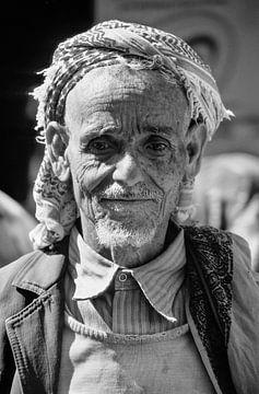 Old Man at Sanaa - Analoge Fotografie! von Tom River Art