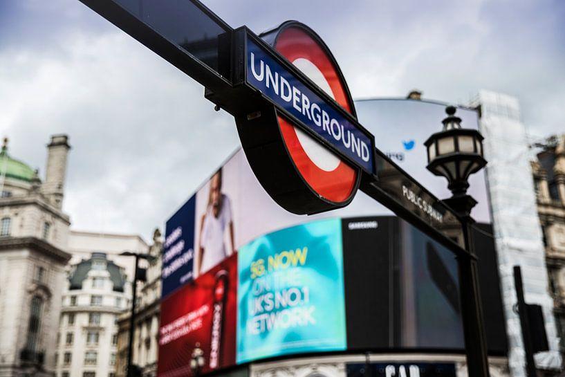 Underground Londen bij Piccadilly Circus van Marcia Kirkels