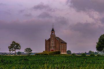 dreigende lucht boven het kerkje van Tania Perneel