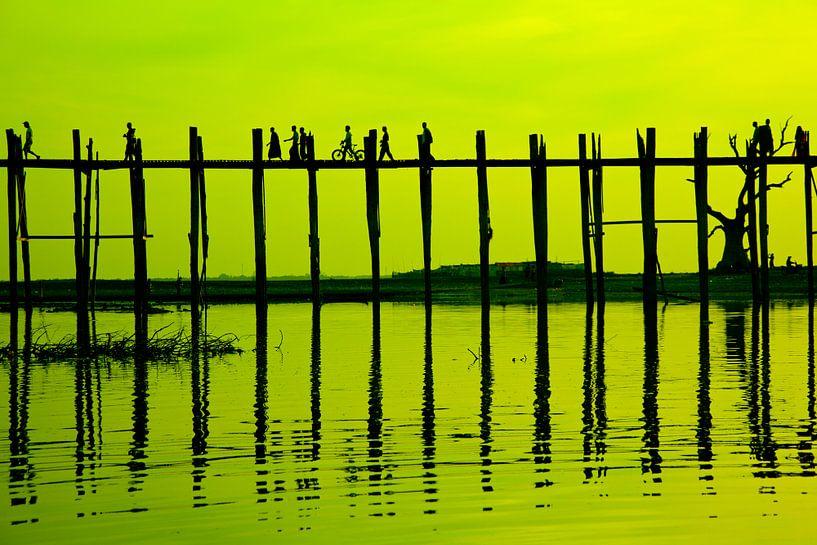 Zonsondergang U-Bein brug Mandalay Myanmar van Wijnand Plekker