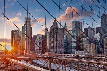 New York Skyline von Brooklyn Bridge bei Sonnenuntergang im Winter mit Wolken am Himmel im Hintergru von Mohamed Abdelrazek