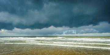 Dreigende Lucht boven een Kalme Zee (3) van Dirk Huckriede