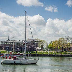 Boot vaart naar zijn ligplaats van Martijn Tilroe