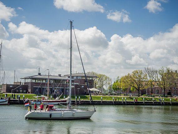 Boot segelt zu seinem Liegeplatz