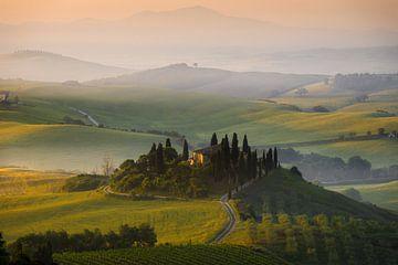 Huis in Toscane in de ochtend nevel bij zonsopkomst van iPics Photography