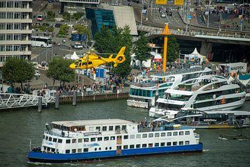 Helikopter in Rotterdamse haven van Bram de Muijnck