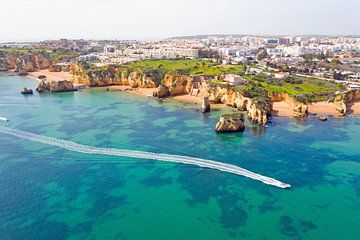 Luchtfoto van Lagos in de Algarve Portugal van Nisangha Masselink