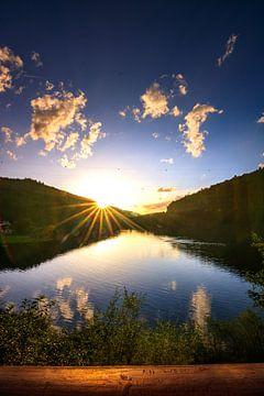 Super uitzicht over een meer in de zonsondergang van Fotos by Jan Wehnert
