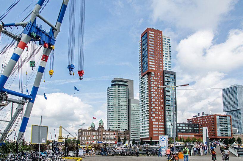 Grote hijskraan tegenover wolkenkrabbers Rotterdam van Maurice Verschuur